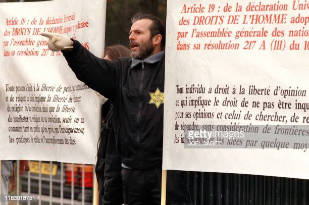 un membre de la secte des Raeliens manifeste le 10 décembre près du Trocadéro à Paris alors que l'Assemblée nationale adoptait à l'unanimité et sans...