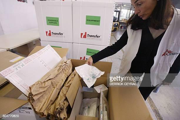 Un membre de l'association Médecins sans Frontières prépare le 10 octobre 2005 à la base logistique de Mérignac la cargaison de médicaments et...