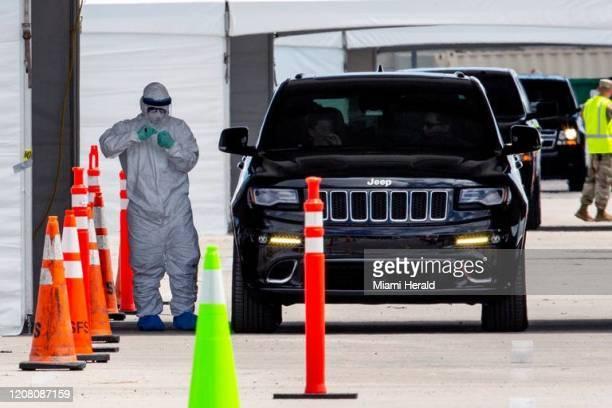 Un miembro de la Guardia Nacional toma muestras para pruebas de coronavirus en el Hard Rock Stadium en Miami Gardens Florida