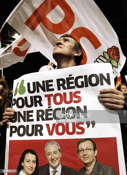 Un militant brandit une affiche le 18 mars 2010 au Zénith de Paris lors d'un meeting de la liste d'union de la Gauche en IledeFrance à deux jours du...