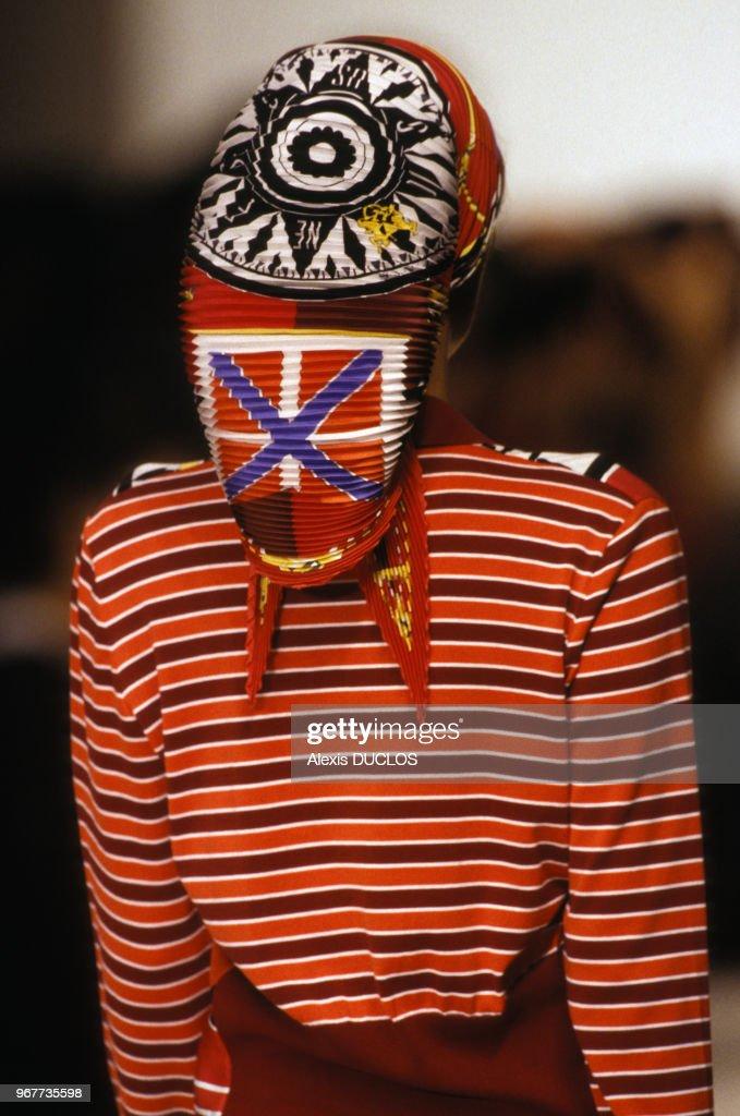 35ce6ac43d1 Un modèle porte un foulard plissé et un haut Hermès lors d un défilé ...