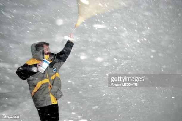 Un météorologue de Météo France effectue un lâcher de ballonsonde météorologique en Antarctique depuis la base scientifique française de Dumont...