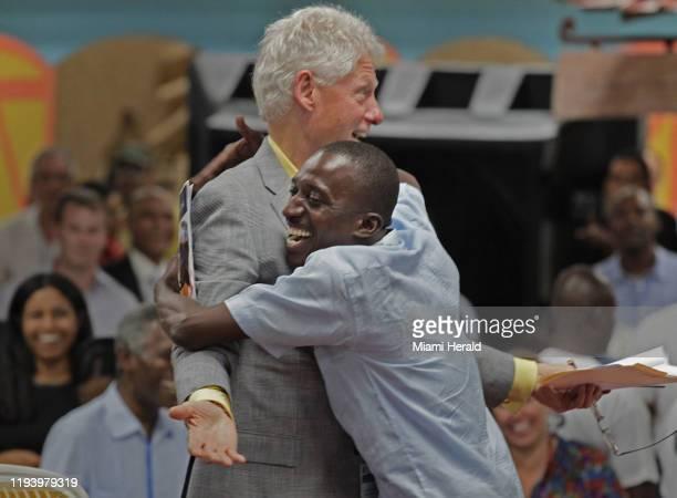 Un muy agradecido Landry Colas abraza a Bill Clinton, expresidente de EEUU, mientras expresa su gratitud en el Parque Industrial Caracol, que inició...