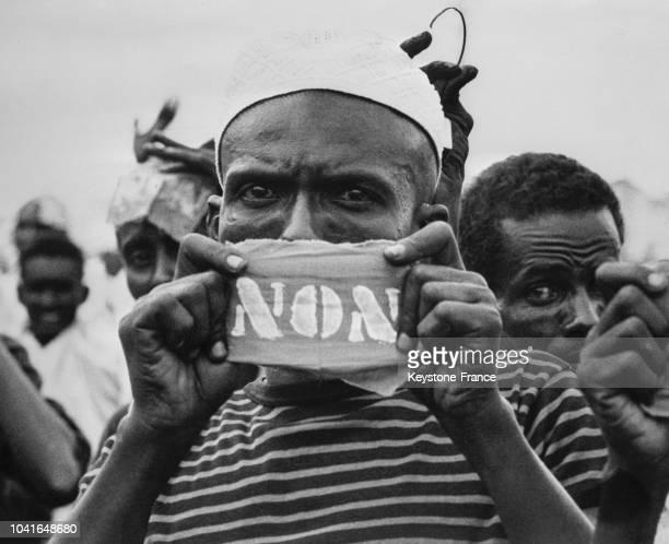 Un nationaliste brandit le 'Non' au référendum à Djibouti le 14 avril 1967