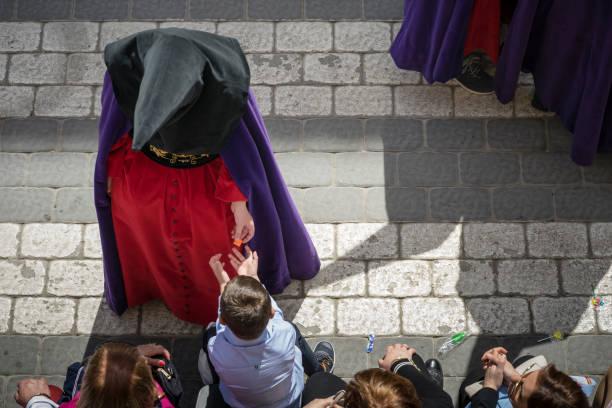 Un nazareno entregando un caramelo.