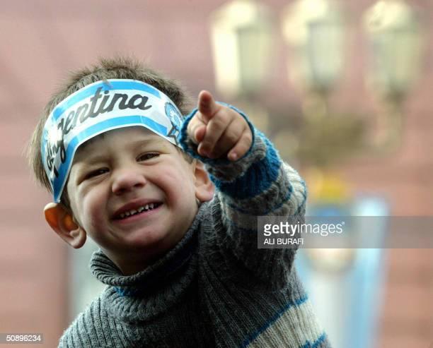 Un nino del publico gesticula cerca de la Catedral de Buenos Aires donde se realizan los festejos del 194 Aniversario de la formacion del primer...