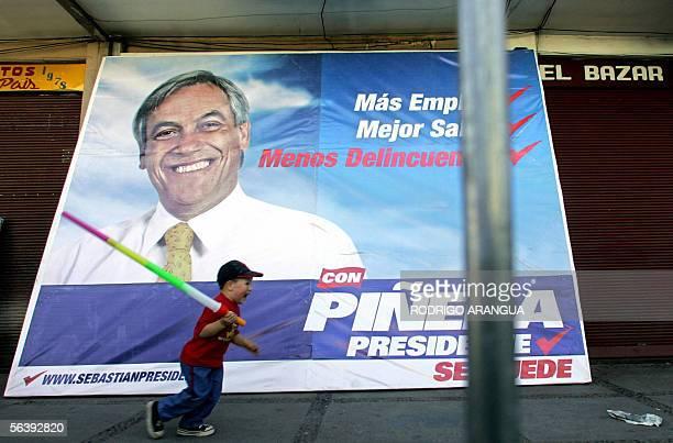 Un nino juega junto a un afiche de Sebastian Pinera candidato presidencial por el partido Renovacion Nacional cerca de donde se realiza el acto de...