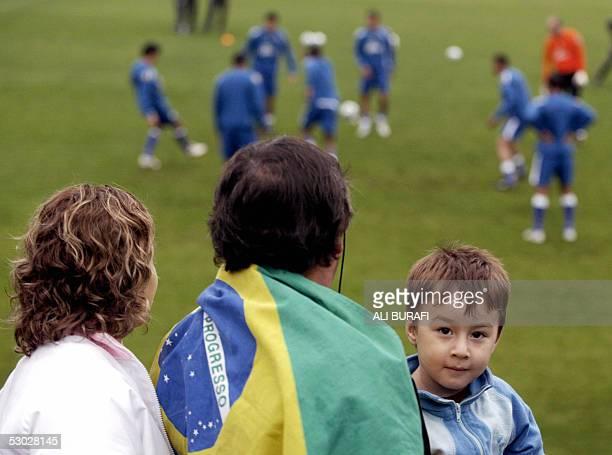 Un nino mira al fotografo mientras sus padres observan el entrenamiento realizado en Casa Amarilla el 06 de junio de 2005 por los arqueros y los...