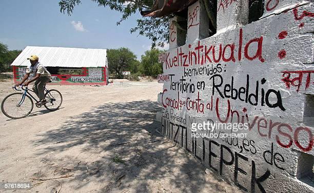 Un nino pasa frente a la escuela Emiliano Zapata en la zona mixteca del estado de Puebla una escuela rural independiente con tendencias zapatistas...
