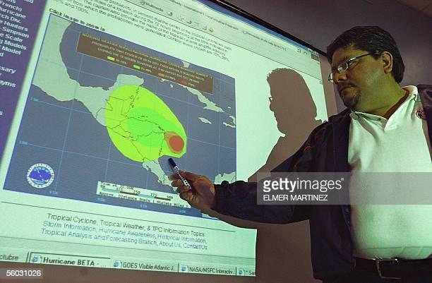 Un operador del Comite Permanente de Contingencias explica la trayectoria del Huracan Beta en Tegucigalpa el 29 de octubre de 2005 El presidente de...