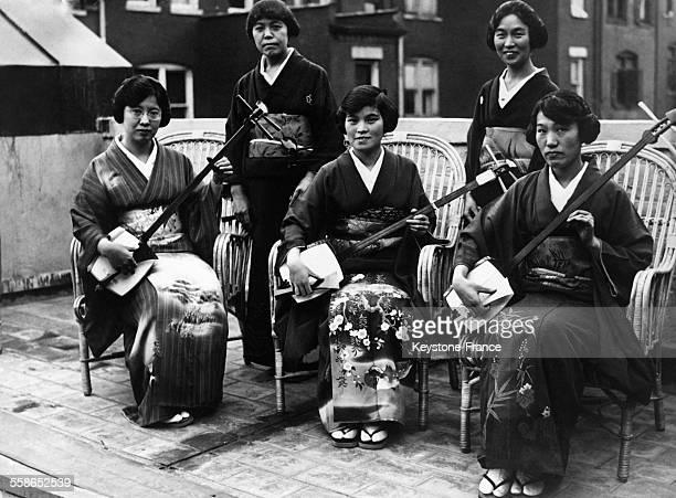 Un orchestre de femmes japonaises et leur instrument appelé 'Shamisen' entreprend une tournée à travers l'Europe circa 1930