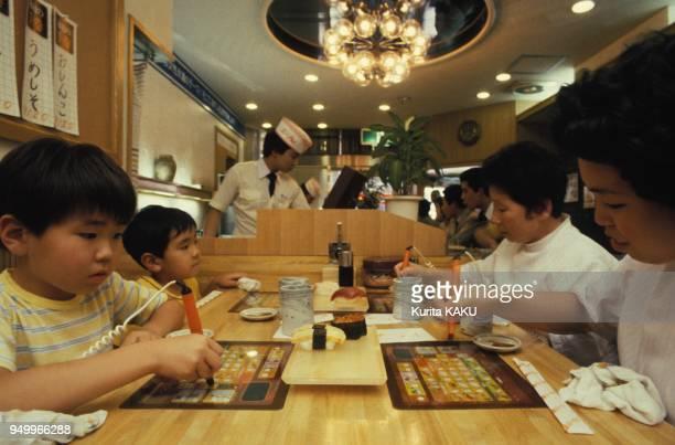 Un ordinateur pour commander son repas dans un restaurant japonais en juin 1983 a Tokyo Japon