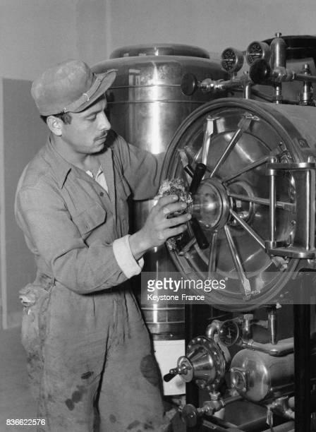 Un ouvrier installe un stérilisateur dans le nouvel hôpital construit dans le cadre du Plan Marshall circa 1950 à Athènes Grèce
