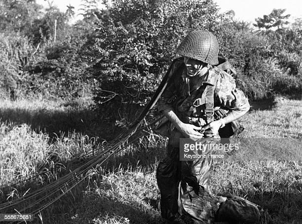 Un parachutiste français, Maurice Dodores, lors de l'opération-éclair de Hoa Binh le 14 novembre 1951 au Vietnam.