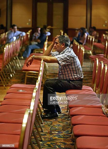 Un partidario del empresario y candidato a la presidencia de Chile Sebastian Pinera ve las noticias luego que su candidato reconociera su derrota...
