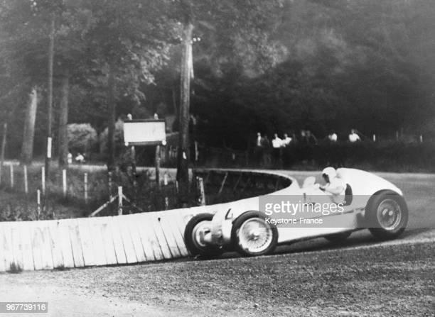 Un passage de Manfred von Brauchitsch dans sa MercedesBenz en Belgique le 14 juillet 1935