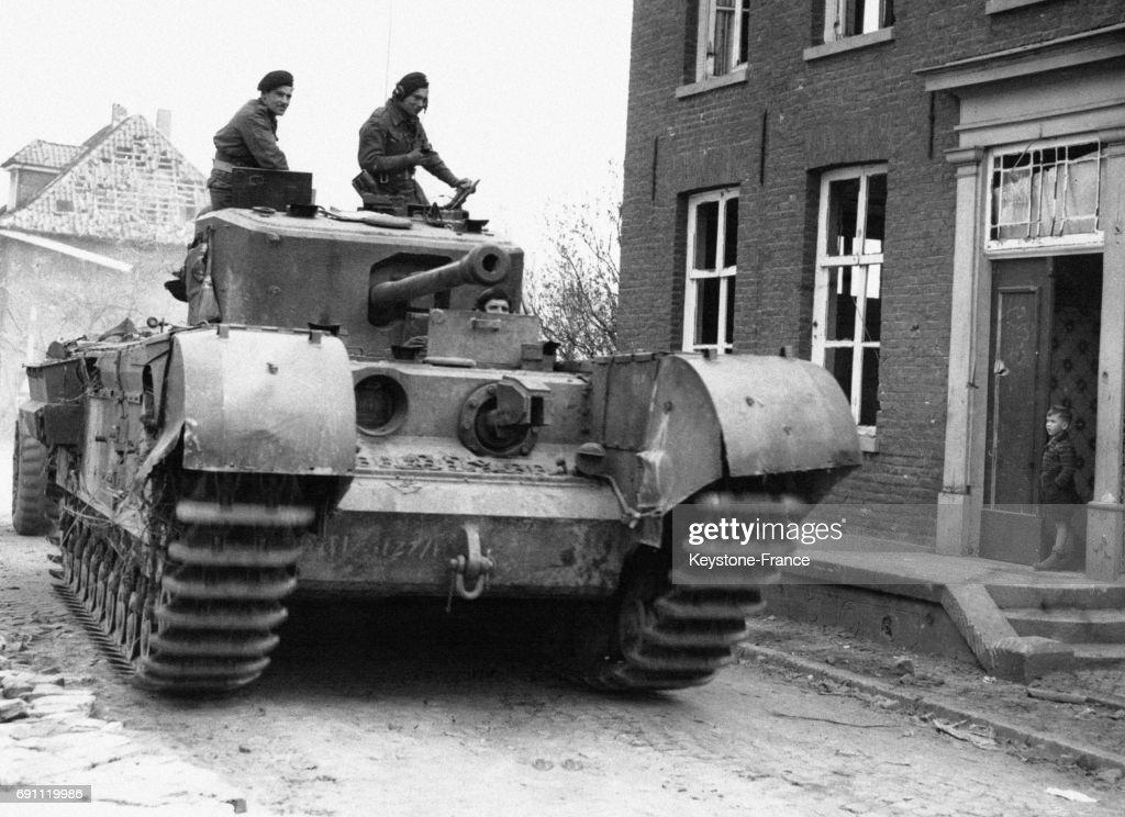 un char anglais traverse une ville allemande pictures