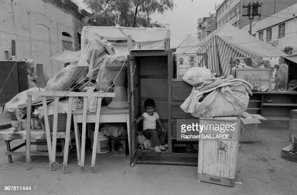 Un petit enfant jous dans un placard dans la rue après le tremblement de terre de Mexico City le 22 septembre 1985, Mexique.
