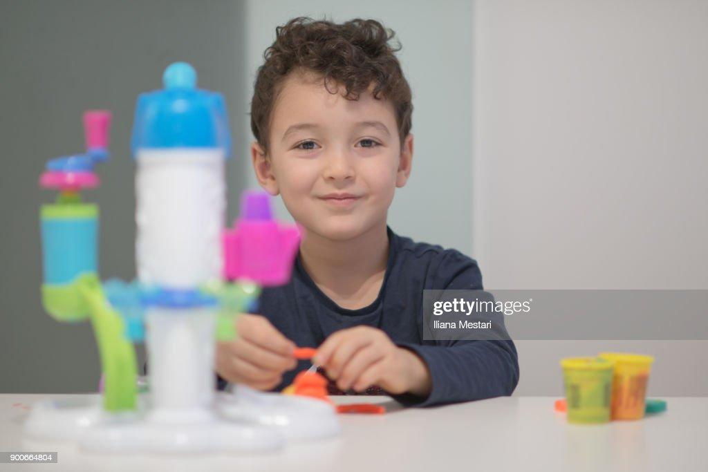 Un petit garcon joue seul stock foto getty images