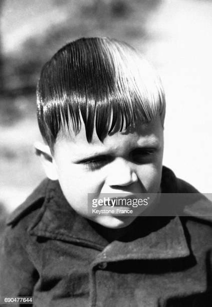 Un petit garçon de trois ans pose un problème aux coiffeurs américains une moitié de ses cheveux est rousse l'autre blonde tandis qu'il a un oeil...