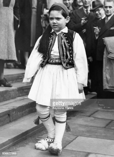Un petit garçon en costume traditionnel grec sort de la cathédrale grecque St Sophie's de bayswater après avoir assisté à une messe célébrant...