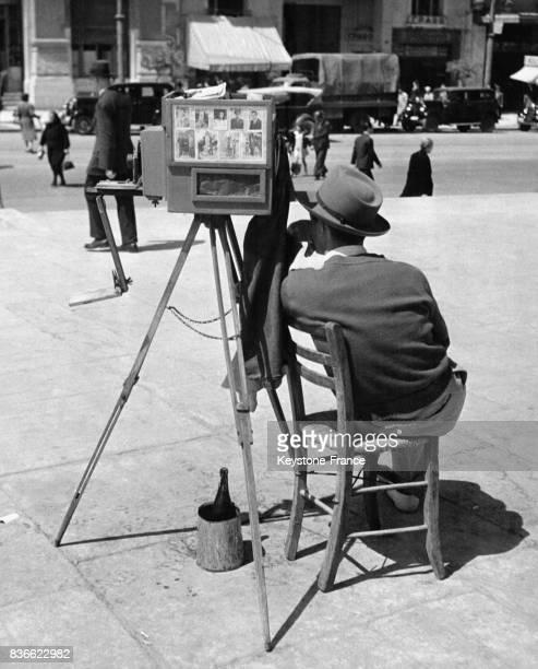 Un photographe de rue attend le client à Athènes Grèce