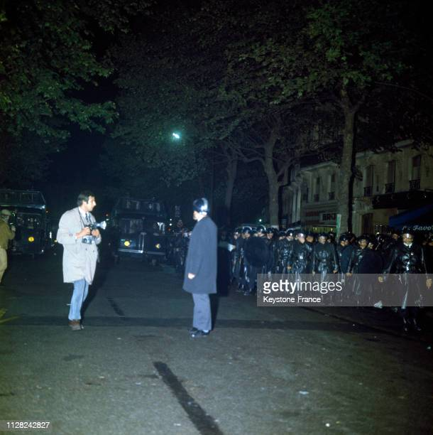 Un photographe devant un barrage de CRS lors d'une manifestation des étudiants à Paris, France, le 24 mai 1968.