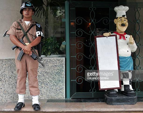 Un Policia Militar vigila en las inmediaciones del hotel donde se realiza la II reunion de Secretarios y Ministros de Gobernacion Seguridad Justicia...