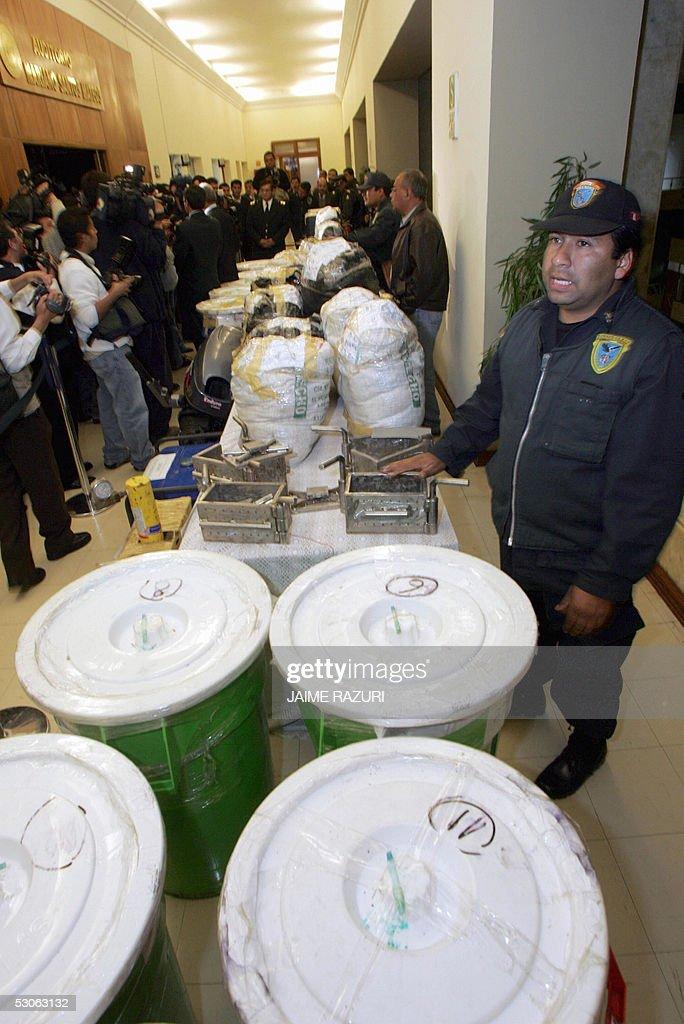 Un policia muestra un cargamento de poco : News Photo