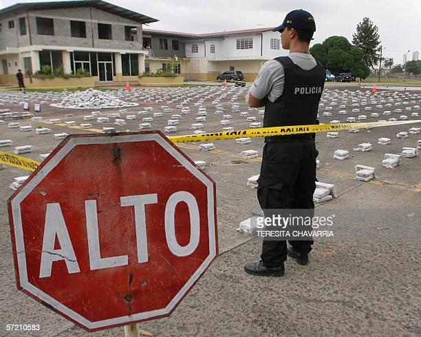 Un policia vigila paquetes con droga el 29 de marzo de 2006 mostradas en las instalaciones de la Policia Nacional en la Ciudad de Panama Panama...