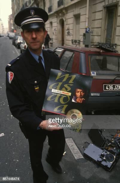 Un policier ayant procede a l'arrestation du chanteur de reggae Alpha Blondy victime d'une crise de demence montre son dernier album Masada le 11...