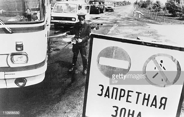 un policier contrôle le 10 mai 1986 le niveau de radioactivité de véhicules quittant la zone interdite de 30 km autour de la centrale nucléaire de...