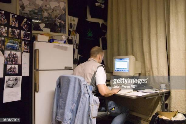 Un policier de la BAC tape sur son ordinateur le procés verbale d'arrestation Nanterre le 3 juilet 2006