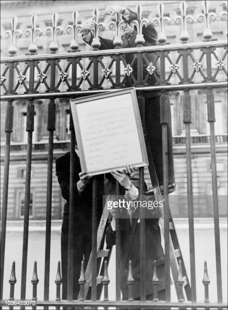 Un policier et deux officiels affichent 23 septembre 1951 le bulletin de santé du Roi George VI sur la grille du palais de Buckingham à Londres à la...