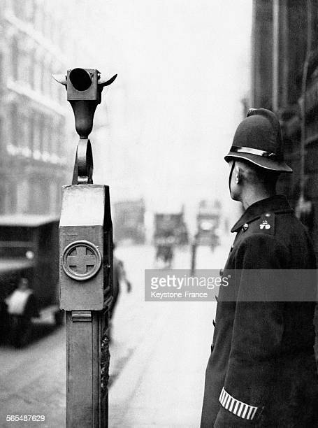 Un policier londonien devant un des équipements permettant de fermer la ville aux fugitifs à Londres Angleterre RoyaumeUni circa 1930