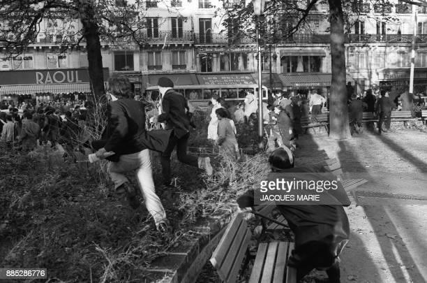 Un policier, membre des CRS, poursuit des manifestants rue de Rivoli, lors d'une manifestation le 6 mai 1968 à Paris, lors des événements de Mai-Juin...