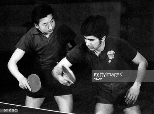 Un pongiste américain s'entraîne avec un pongiste chinois, en avril 1971 à Pekin. Les sportifs américains se rendent pour la première fois en Chine...