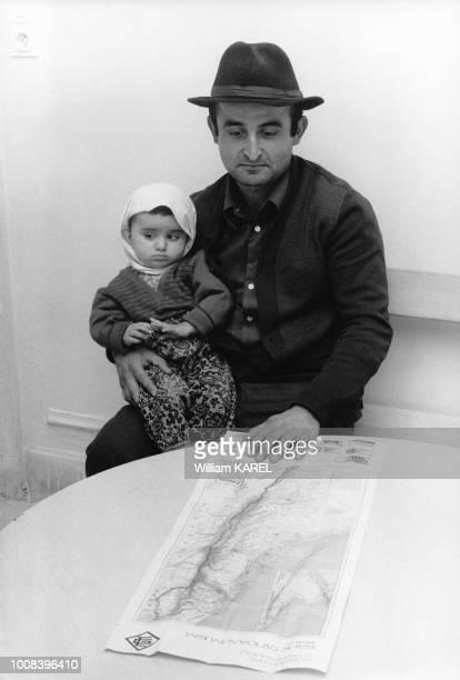 Un père et sa fille réfugiés juifs d'URSS au château de Schönau à 30 kms de Vienne Il cherche son futur village sur la carte d'Israël le 3 octobre...