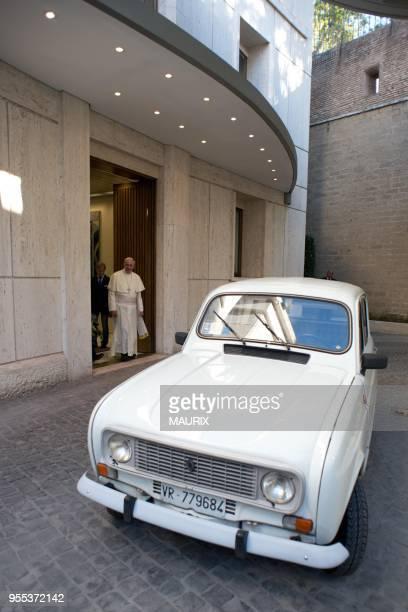 Un pretre du nord de l'Italie proche des pauvres a offert sa vieille Renault 4L dans laquelle il a accompli tout son sacerdoce au Pape Francois le 7...