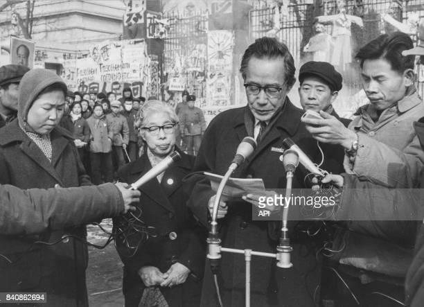 Un responsable japonais lisant une lettre de soutien à la manifestation devant l'ambassade soviétique à Pékin le 10 février 1967 Chine