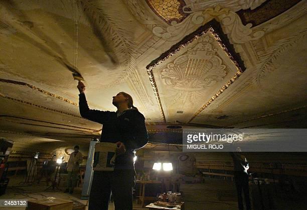 Un restaurador trabaja en un fresco del cielorraso del Teatro Solis en Montevideo el 27 de agosto de 2003 El municipio de Montevideo intenta...