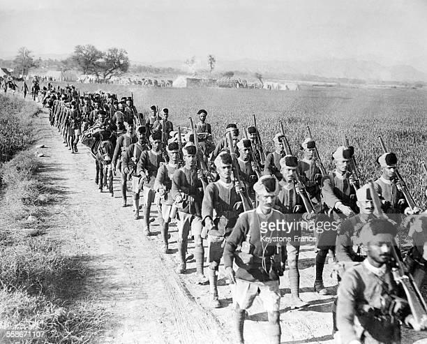 Un régiment de Pundjab en marche vers Chaomukh où la guerre civile du Cachemire a éclaté en Inde le 24 février 1932