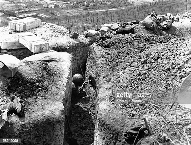 Un soldat devant son trou aménagé dans la paroi de la tranchée pour y loger ses affaires à Diên Biên Phu au Viêt Nam le 19 mars 1954