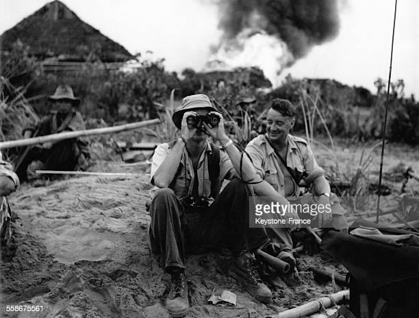 Un soldat français regarde avec ses jumelles pendant une pause lors de l'Opération Mogador de nettoyage des zones rebelles de Quang Ngai le 1er...