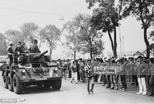 Un tank patrouille dans les rues menant au palais de Bogor Indonésie