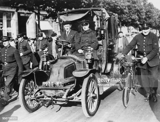 Un taxi de la bataille de la Marne monte les Champs-Elysées, à Paris, France en juin 1935.