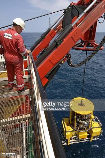 EXPLOITATION DU PETROLE OFFSHORE EN ANGOLA ET EN MER DE NORVEGE Un technicien controle la mise a l'eau d'un sousmarin teleguide ROV specialise dans...