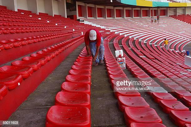 Un trabajador le da los ultimos retoques de pintura a las tribunas del estadio Beira Rio en Porto Alegre al sur de Brasil el 02 de junio de 2005...