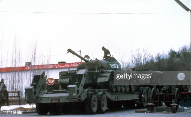 un transport de blindé soviétique sort d'un dépôt de Kaboul la capitale afghane le 11 Janvier 1980 lors de l'intervention des soviétiques contre la...