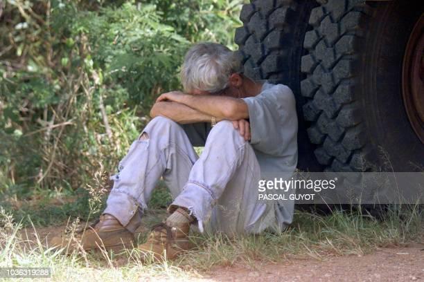 un transporteur de nickel en grève se repose contre la roue de son camion le 05 novembre près de Nouméa en NouvelleCalédonie